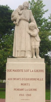 Monument aux morts pacifiste d'Equeurdreville, 1932 eingeweiht, Foto: Auditus CC-BY-SA
