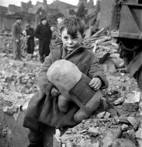 Toni_Frissell,_Abandoned_boy,_London,_1945